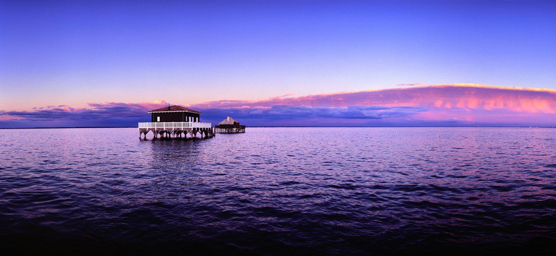Photo du Bassin d'Arcachon : Les cabanes tchanquées de l'ile aux Oiseaux au coucher du soleil par le photographe Stéphane Scotto