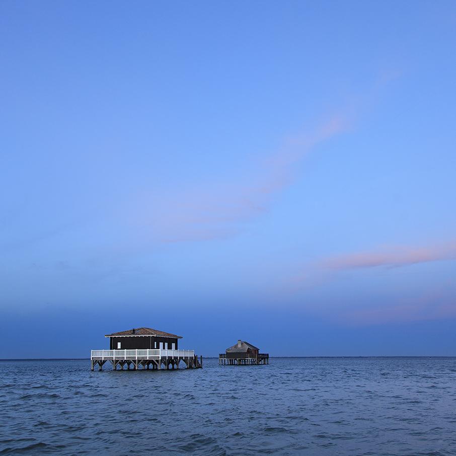 Photos du Bassin d'Arcachon : les cabanes tchanquees à marée haute par le photographe Stéphane Scotto