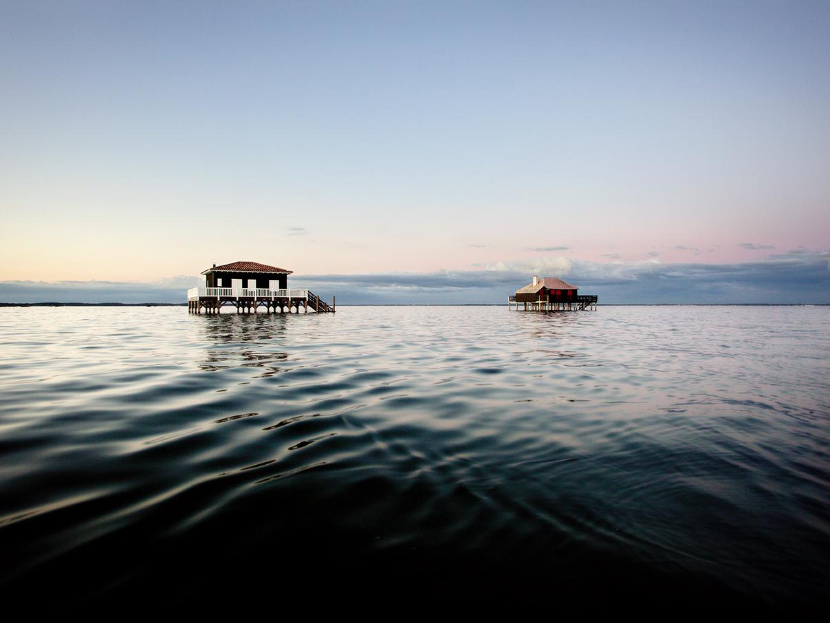 photos du Bassin d'Arcachon : les cabanes tchanquées à marée haute