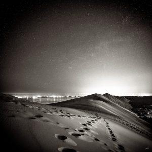 La Dune du Pilat photographié de nuit sous un ciel étoilé par le photographe du Bassin d'Arcachon Stéphane Scotto