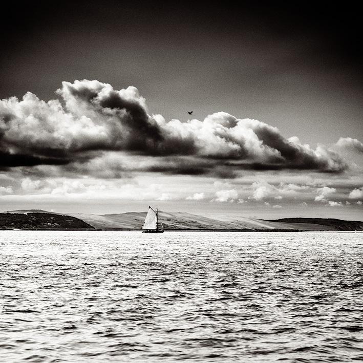 Le bac à voile Pierre Malet navigue devant la Dune du Pilat dans le Bassin d'Arcachon. Photo de Stéphane Scotto