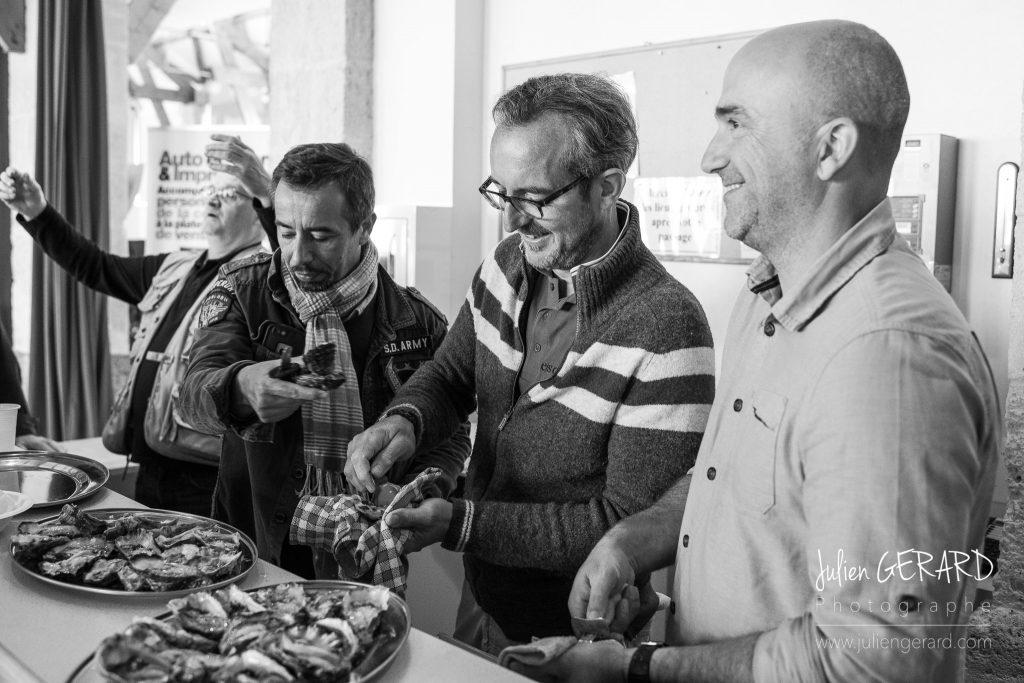 les photographes Stéphane Scotto et Grégory Pol ouvrent des huitres du Bassin d'Arcachon au Festival photo de Bellême